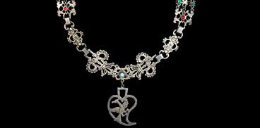 Collana in filigrana d'argento con pietre e pendente cuoriforme [368x182]